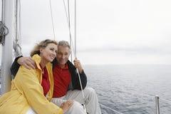 Paar op Zeilboot stock foto