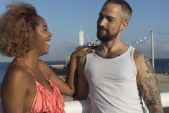 Paar op zonnig strand in de zomervakantie royalty-vrije stock afbeelding