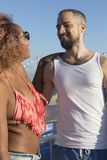 Paar op zonnig strand in de zomervakantie royalty-vrije stock afbeeldingen