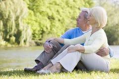 Paar in openlucht bij park door meer royalty-vrije stock foto's