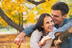 Paar in openlucht in de herfst die prettijd hebben Stock Foto's