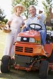 Paar in openlucht met hulpmiddelen en grasmaaier het richten Stock Fotografie