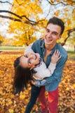 Paar in openlucht in park in de herfst die prettijd hebben Royalty-vrije Stock Afbeelding