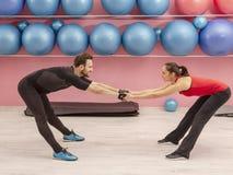 Paar Opleiding in een Gymnastiek stock afbeeldingen