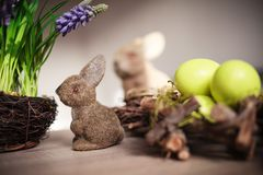 Paar-Osterhasenspielwaren und -eier lizenzfreies stockfoto