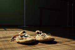 Paar oude schoenen van het pointeballet op de vloer Donkere achtergrond, exemplaar sace Stock Afbeelding