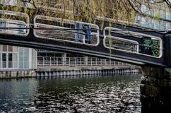 Paar over een kleine brug Royalty-vrije Stock Foto's