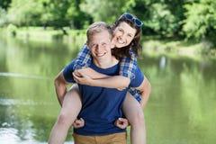Paar over het meer Royalty-vrije Stock Fotografie