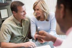 Paar in overleg bij kliniek IVF Stock Foto's