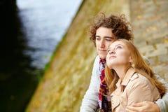Paar in Parijs, op de Zegendijk Stock Foto