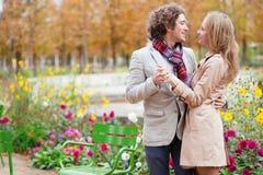 Paar in Parijs op een dalingsdag Stock Foto's