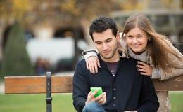 Paar in park stock foto's
