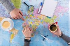 Paar planningsreis aan Marokko, punt op kaart stock fotografie