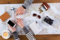 Paar planningsreis naar Madrid, Spanje stock fotografie