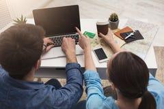 Paar planningsreis, online het zoeken en het betalen stock afbeeldingen