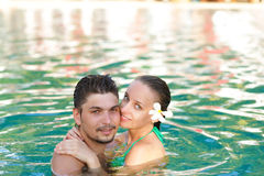 Paar in pool Stock Foto's