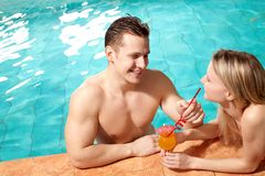 Paar in pool Stock Afbeeldingen