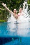 Paar in Pool stock foto