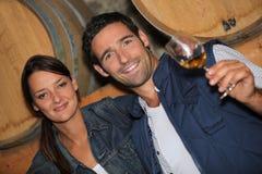 Paar proevende wijn Royalty-vrije Stock Foto's