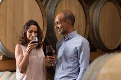 Paar proevende wijn Royalty-vrije Stock Fotografie