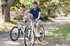 Paar-Radfahren lizenzfreie stockbilder