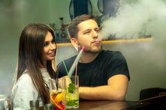 Paar raucht shisha an der Stange stockbild