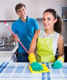 Paar regelmatig doen maakt binnen schoon stock afbeelding