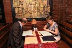 Paar in restaurant royalty-vrije stock afbeelding