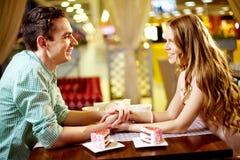Paar in restaurant Royalty-vrije Stock Foto's