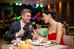 Paar in restaurant het roosteren stock afbeelding