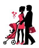 Paar rollt den Spaziergänger mit einem Baby Stockfotografie