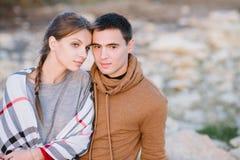 Paar Romantisch Genieten van, minnaars die de afstand onderzoeken Royalty-vrije Stock Foto's