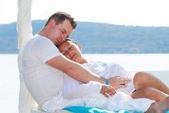 Paar in romantische omhelzing Stock Fotografie