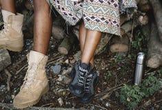 Paar` s voeten terwijl op trek royalty-vrije stock foto's