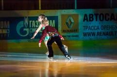 Paar schaatsende kinderen Stock Foto's