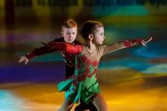 Paar schaatsende kinderen Stock Afbeeldingen