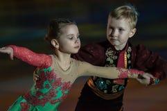 Paar schaatsende kinderen Royalty-vrije Stock Foto's