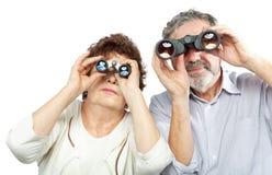 Paar schaut durch Ferngläser Stockfotografie