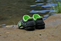 Paar schoenen op modder Stock Afbeelding