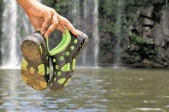 Paar schoenen op modder Stock Afbeeldingen