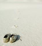Paar Schuhe auf Sand Lizenzfreie Stockfotos