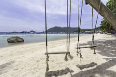 Paar schwingt auf dem Sand Stockfotos
