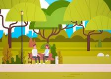 Paar-Sit On Bench In City-Park-Unterhaltungsmann und Frau, die beim Natur-In Verbindung stehen sich entspannen stock abbildung