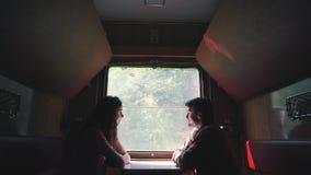 Paar sitzt im Lastwagen des Zugs stock footage