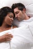 Paar in slaap in bed royalty-vrije stock fotografie
