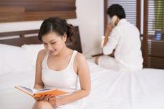 Paar in slaapkamer Royalty-vrije Stock Afbeeldingen
