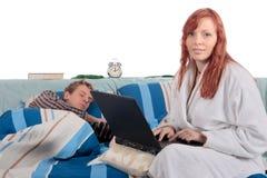 Paar, slaapkamer het verzorgen. Stock Foto