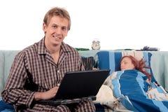Paar, slaapkamer het verzorgen. stock afbeeldingen