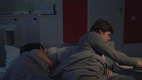 Paar in Slaapkamer overwerkte manager stock footage