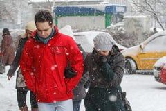 Paar in sneeuwstorm Stock Foto's